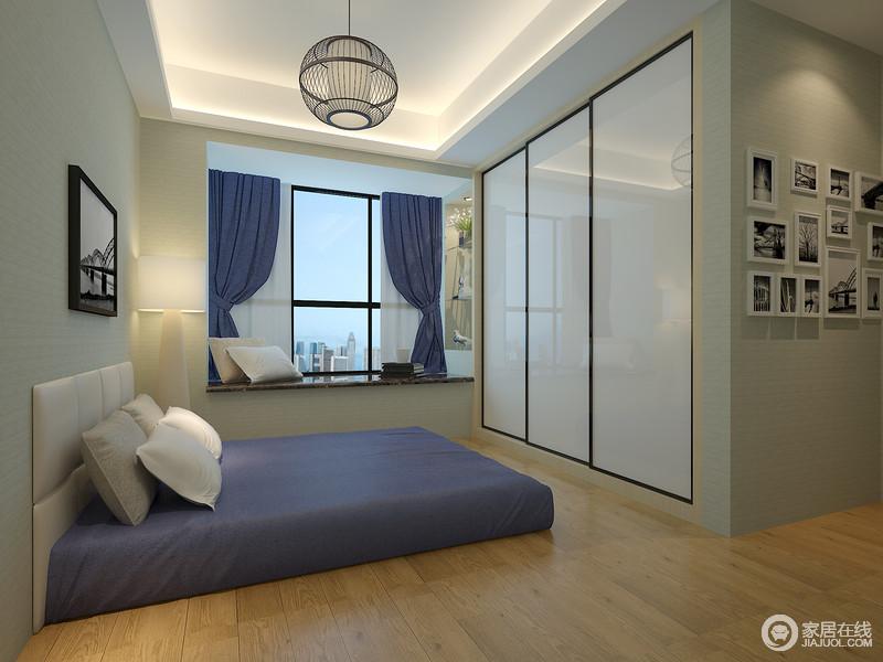 整个空间线条十分简洁,白色吊顶内隐藏的灯带设计缓解了空间的原本的素淡,带来明快;方正的布床与窗帘以蓝色来化解平淡,带来色彩上的雅致;圆形铁艺吊灯的线条几何设计十分时尚,与衣柜的简单演绎不同的设计哲学,却成就家的质感。