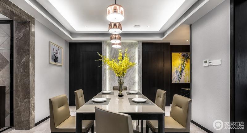 品尝美食,是让人最愉快也是最轻松的时刻,金属吊灯释放出明亮柔和的光线,而亮黄的跳舞兰活跃气氛,让原本现代的家具稳重中,多了份大气。