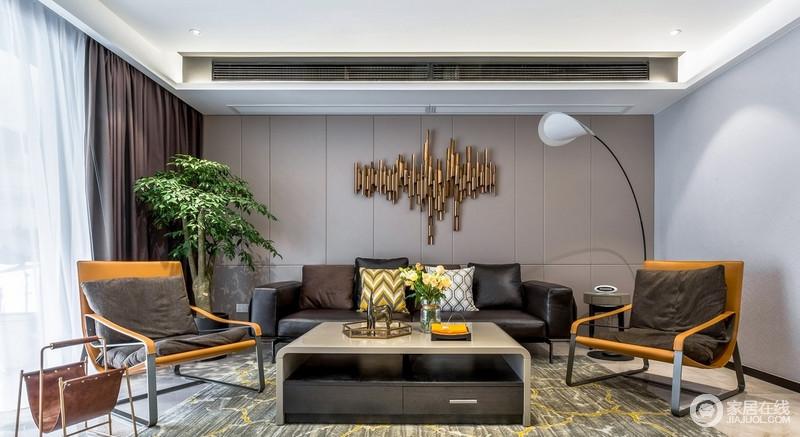 客厅以大平面和简单线条为主,黑色的皮质沙发沉稳而有格调,与沙发背景上的金属装饰满足视觉与舒适度的需求,与几何靠垫,构成家的轻奢。