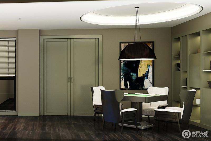 休闲室里硕大黑色吊灯带来独束的光源,造型优雅的座椅给予舒适触感,使休闲时光变得更加惬意放松;书架上错落摆放着书籍、玩物,一侧墙上饰以色彩艳丽的油画,空间简约却不失艺术情调。