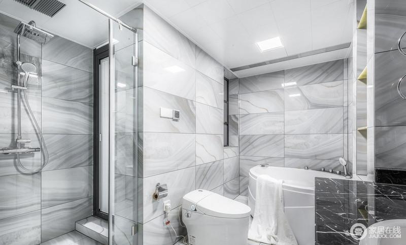 浴缸与淋浴房的设计让卫生间功能齐全,可以随心所欲自由切换,白灰色的砖石以纹样来张扬美学,也让生活更随性。