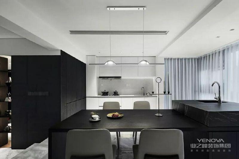 基于业主很少在家里做饭,设计师做了开放式厨房和中岛台,满足基础的烹饪和西餐料理功能。