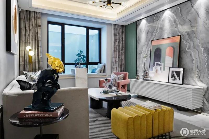 客厅中对称图案的大理石为背景,灰白配的纹理线条,布置端庄优雅的电视柜,与立体几何感的装饰画与摆饰品搭配出现代活泼的布置相呼应,带来的一种高级优雅的空间感。