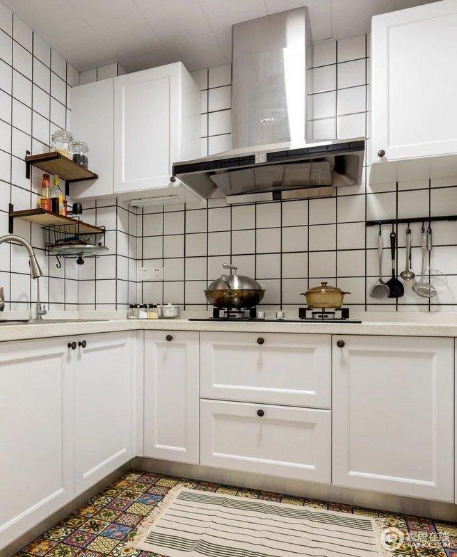 厨房独立做了空调,夏天做饭不再烦闷,白色小方砖铺贴的墙面有着北欧风的轻快和干净,而白色橱柜以功能设计,让生活变得精巧了不少。