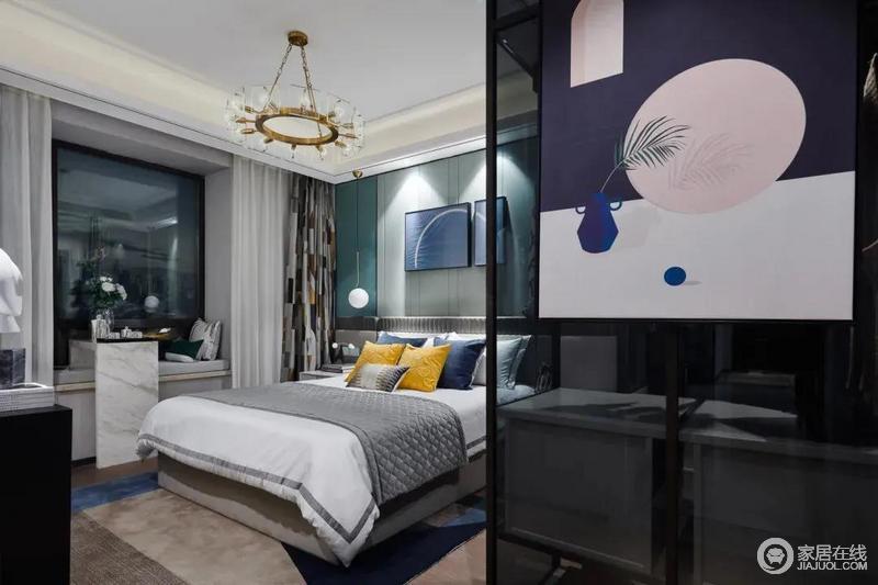 卧室具有现代风,整体空间的色彩也比较丰富,床头墙在深浅绿色的搭配下,呈现出色彩的变化;色彩明艳的抱枕点缀原本的软装配色,更为活泼;深蓝色+粉色挂画悬挂在玻璃衣帽间外立面,装饰出整个空间得成熟、端庄。