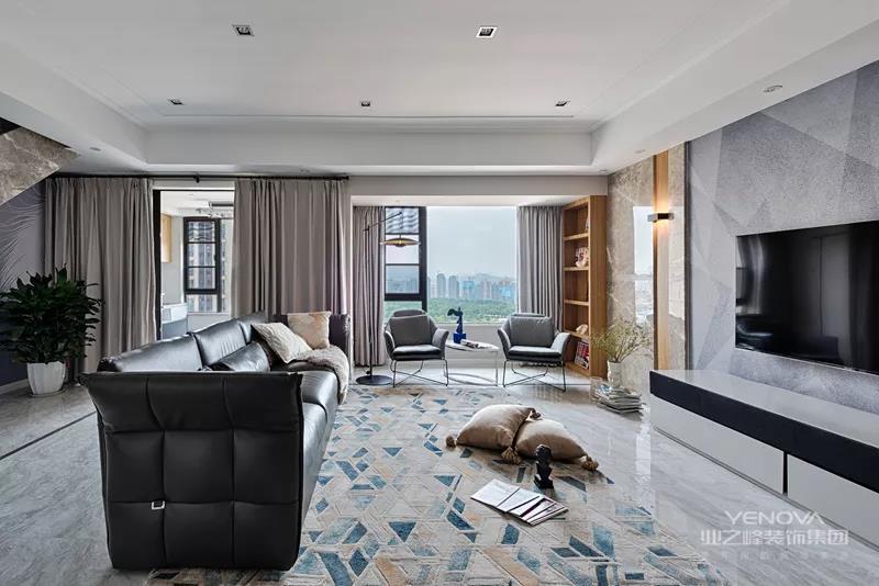 黑色的皮沙发,摆设在这个现代舒适的空间也,透露出一种端庄成熟的气质。