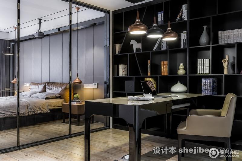 """书房与卧室全透明推拉门的设计,让空间变得通透,在视觉上也变得宽敞;书柜和书桌以黑色为主,搭配金属吊灯,可谓""""庄重而精奢"""",让你足够安静地生活。"""