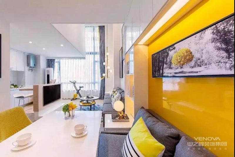 餐厅卡座周围设计成收纳墙,填补了收纳的需要,背景墙还装饰挂画安排灯带,营造温馨的用餐环境。