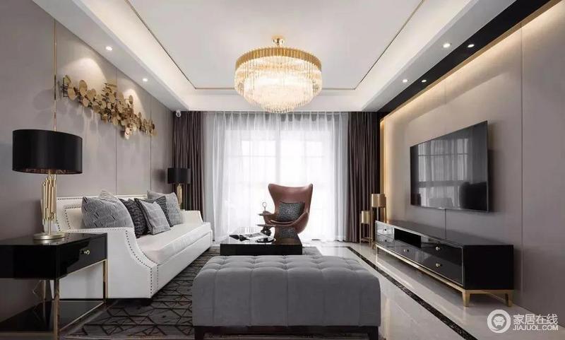 客厅使用大地色给人以亲切感,背景墙的驼色软包与灯带营造出低调稳重,光的层次之间不乏一份气度;美式古典沙发组合出了黑白灰色经典美学,而棕色气质扶手椅的都市感,搭配空间内金属制作,显出几分摩登。
