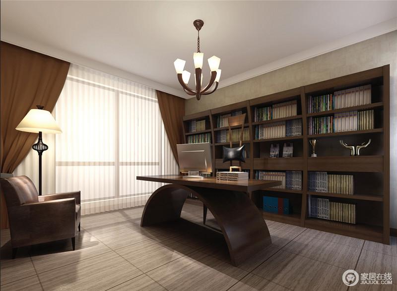 书房设计以功能为主,大面积的书柜实现了主人的藏书需求,同时,也奠定了生活的文化气息;书桌以半圆和矩形桌面构成,张扬现代艺术,船锚状的吊灯与之组合出了个性,令空间极具感染力;扶手沙发旁的落地灯简洁却精致,也为生活带来了不少惬意。