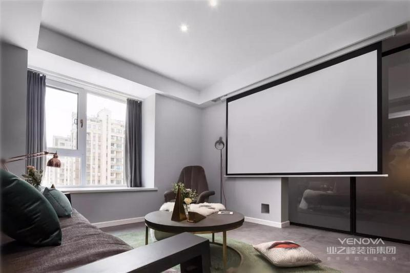 ▲客厅没有电视墙,以玻璃推门隔开卧室,以上方垂下的投影幕布,使得小客厅变身时尚的大屏观影空间。