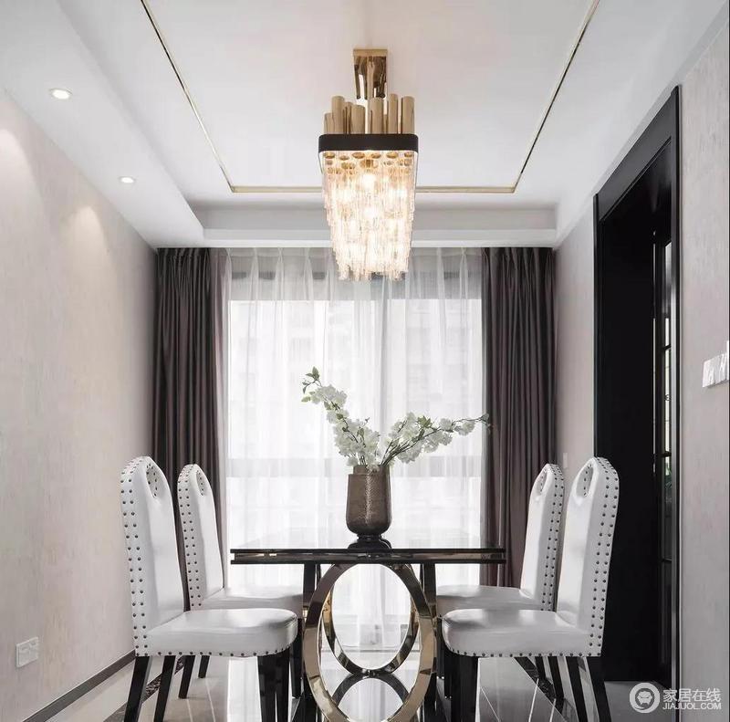 餐厅区域整体与客厅保持一致,白色铆钉椅增添时尚感,而金色餐椅和吊灯点缀出奢华,添上一份华丽与精致;灰色窗帘调和出空间的稳重,而金属花器镌刻出了艺术生力。