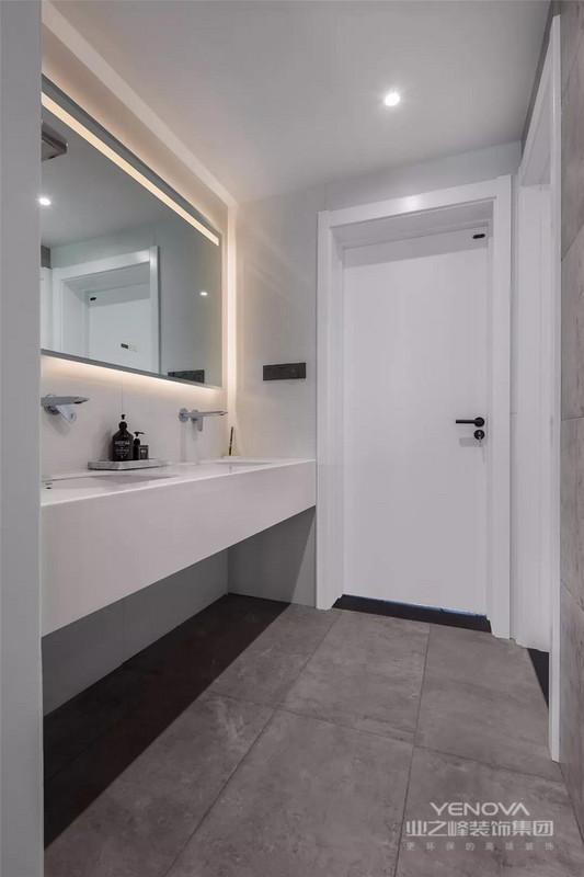 双人洗手盆的卫生间,浴镜柜还做了背光设计,实用温馨好舒适。