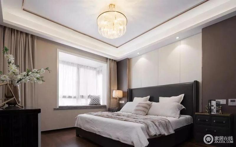 卧室以中性大色块的设计,来营造柔和与安静,优雅的大地色与轻奢家具的结合,让卧室变得更为精致大方;床头背景墙造型简单,黑色床头与白色床品对比出层次,也使得空间层次感更为鲜明,增添不少温馨。