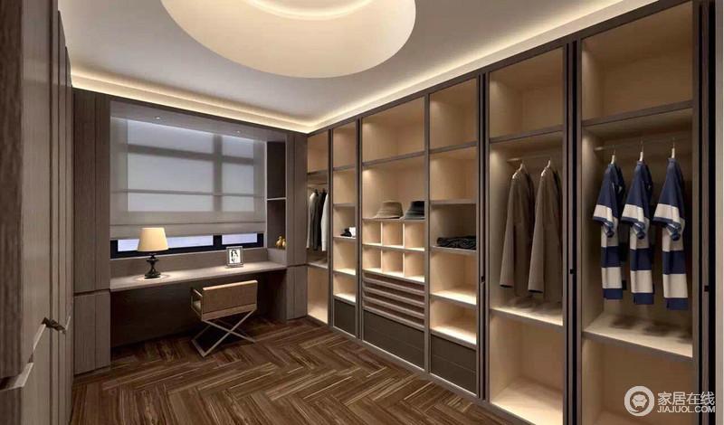 衣帽间通体使用实木,取材上的讲究,造就了空间的天然气质;不同的置物区可随意分区摆放衣物,品质生活尽显其中。