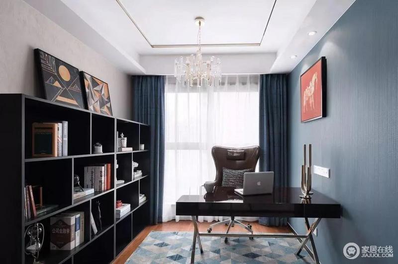 书房从墙面到窗帘选用藏蓝色,让人不由自主地平静下来,白色窗帘和拼色地毯给予空间清新和色彩跳跃感;黑色系书柜、书桌实用之外,更具沉稳静谧感,墙上暖色挂画适量的给予空间温馨感,立刻多了文艺感。