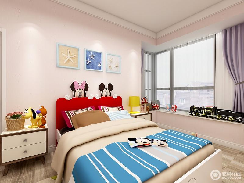 儿童房以粉色漆来营造甜美,卡通玩饰提升了空间的童心;紫色床品、蓝色毛毯,无疑,成就了生活的五彩斑斓。