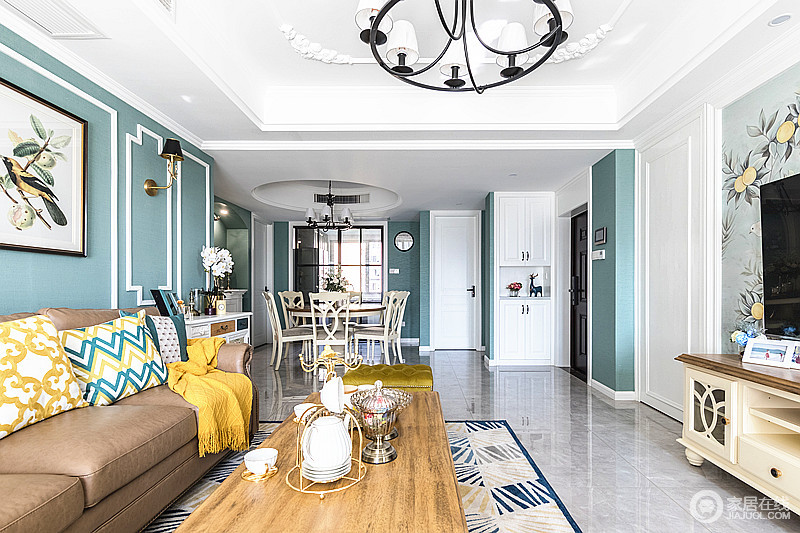 客厅和餐厅开放统一,延伸了空间的视觉效果,入户门的柜子同时起到收纳和隔断的功能,层次有序递进,让家整洁大气。