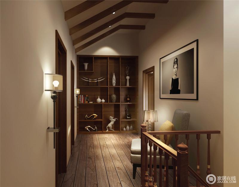 楼梯间被设计成了一个具有休闲性的空间,吊顶上的木梁装饰,与楼梯结构呼应了实木材质的硬朗;原木地板搭配实木储物柜赋予空间稳重,器物被收纳成了另一种美学,与墙面的挂画、扶手椅和台灯,组成了一个温情、闲适的空间。