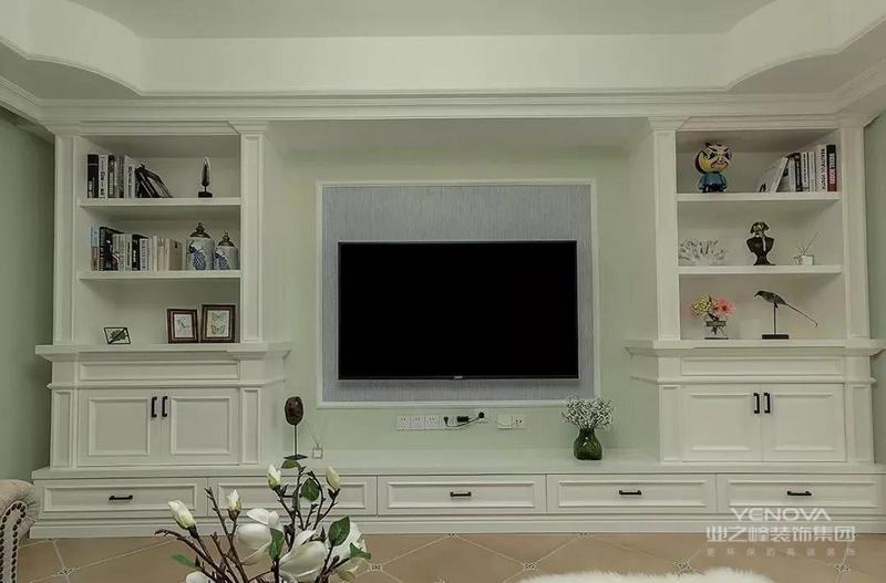 客厅地面斜铺仿古地砖加角花,清新墙面漆,石膏线吊顶,一盏美式金属吊灯衬托整室氛围