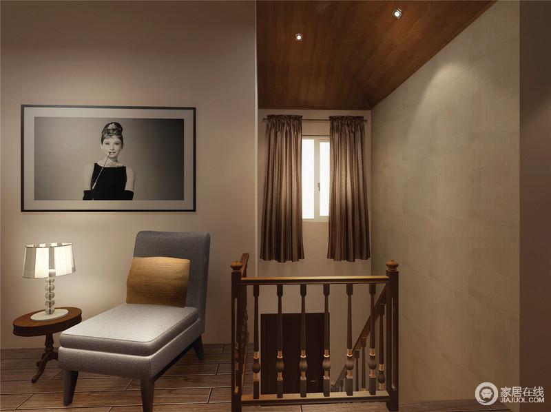 楼梯间的木吊顶赋予空间自然朴素,褐色的窗帘起到了装饰的效果,也适时减少阳光的直射;现代单椅、圆几、台灯与挂画组成了一个温馨的画面,让主人享受安静带来的惬意。