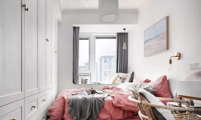 大面积留白的硬装中采用少女心的软装修饰,床尾设计整墙收纳柜,满足女主储物。