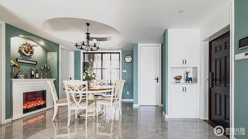 空间绿色主打的背景和白色储物柜、木门相搭配,构造空间的清新氛围,并与客厅前后呼应,搭配象牙白餐桌椅,经典雅致,不失潮流气息。