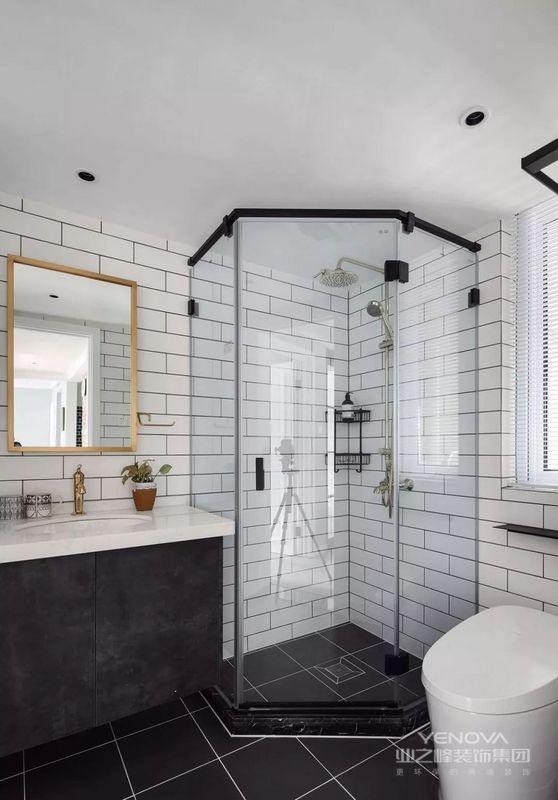 卫生间,深浅搭配的砖面黑白分明,配上精致的金色配件,让空间更加灵动时尚。