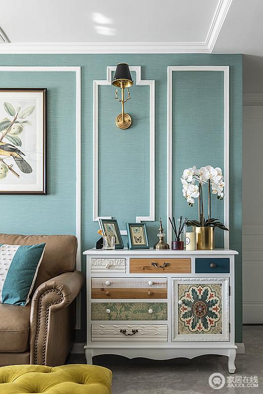 沙发旁边的柜子雅致经典,入户即可起到玄关的的作用,又可作为收纳功能,可美观可实用。