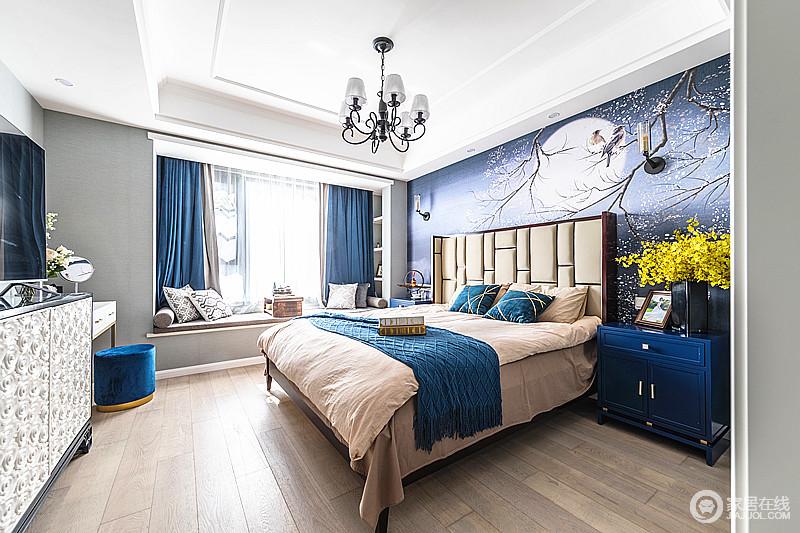 卧室高调的深蓝作为主背景,抽象大气,又给人大海般广阔的感觉;大大的飘窗迎接每天阳光的照射,蓝色窗帘装饰出大海蓝天般的感觉,即使中性的软品略为厚重,但是,家具和器物陈列,让人心绪趋于宁静和沉淀。