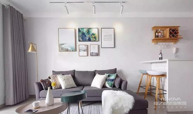 浅灰的墙面装饰以清新自然的装饰画,与抱枕、茶几的色彩相呼应,为室内增添了些许自然活力。