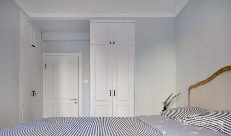 """弱化柜子的存在感,三组储物柜都设计为嵌入结构,其中床脚的两组分别""""夹在""""隔壁书房的工作台两侧"""