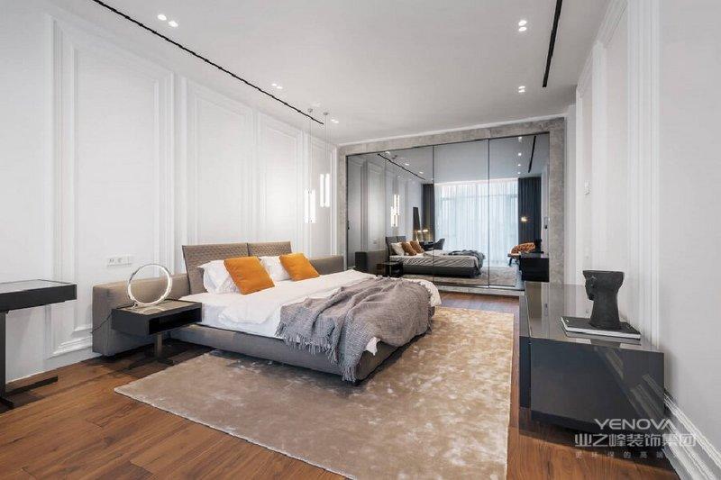 主卧室与主卫浴间以整片灰玻璃区隔,保持通透干净的视野,也做到了分区设计,让生活更为现代都市;驼黄色地毯为整个卧室升温,灰色毛毯和白色床品组合构成空间的冷静,与整体空间色彩搭配相融合,构成温馨。