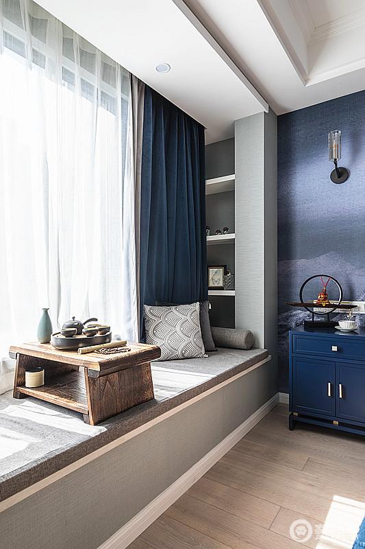 卧室的大飘窗不但增添了空间的采光,偶尔可以躺在阳光下看看书,听听音乐,还可以静静品茶;立面的几何储物柜整洁又不占用空间,轻巧地实现了收纳,而原木茶台带着些许中式的味道,让生活多了份隽意。