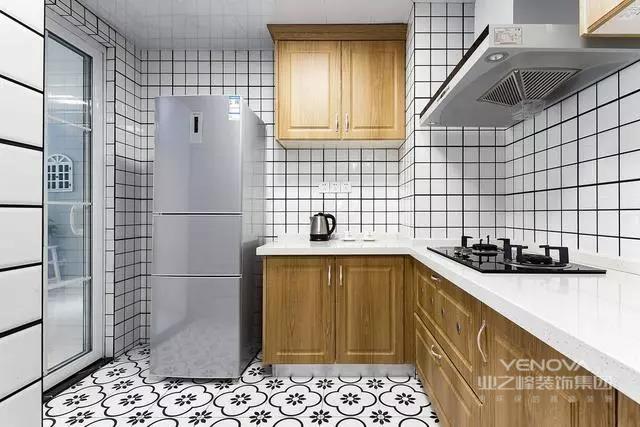 在家具设计方面,就产生了完全不使用雕花、纹饰的北欧家具,实际上的家具产品也是形式多样。如果说它们有什么共同点的话那一定是简洁、直接、功能化且贴近自然,一份宁静的北欧风情,绝非是蛊惑人心的虚华设计