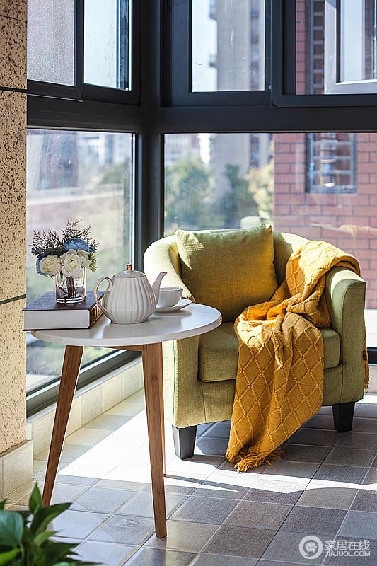阳台的落地窗不仅全方位吸收阳光,一桌一椅,一花一香,感受家的温馨,感受阳光的味道;绿色现代美式扶手椅搭配橙色毛毯,给予空间青春之色,也足够惬意。