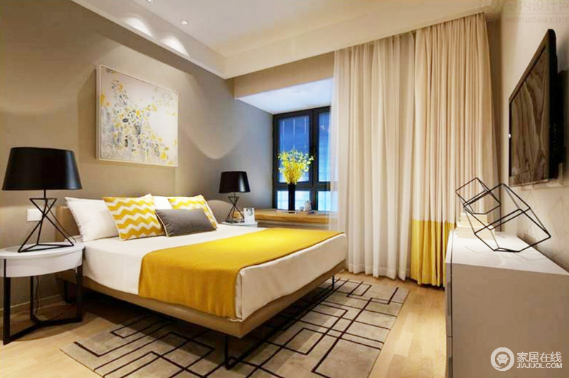 卧室粉刷了深驼色漆,搭配原木地板,奠定空间的厚重和沉静;灯光设计上以射灯和台灯的方式,渲染低暗地氛围,造就舒适的睡眠环境;几何地毯、搭配白色窗帘,与白色床品和黄色薄毯靠垫,以色彩反差的方式,为空间注入色彩活力;小飘窗的精致,与床头柜、台灯以黑白组合,成就生活的舒雅、安适。