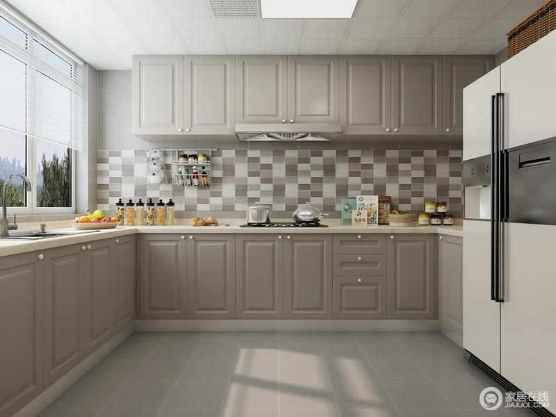 厨房的墙面以灰色系砖石为主,墙面借混色马赛克巧妙的融洽在静谧的空间里,赋予空间浓浓地生活味道;驼灰色的橱柜质感上乘,木作精良,以实用和美观,赋予空间静谧而优雅。