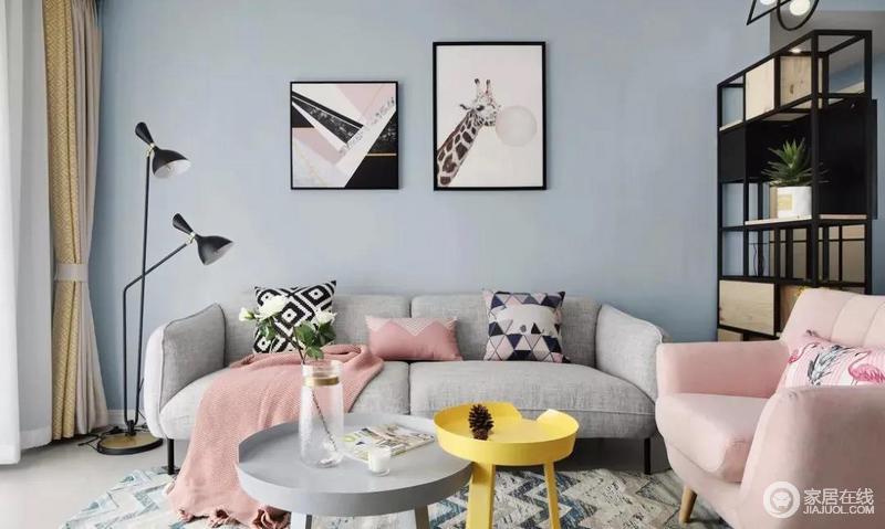 客厅,大面积灰蓝色墙面,搭配灰色布艺沙发+圆形双拼创意茶几,旁边还放置一个粉色单人沙发,浪漫清新有质感;沙发墙选择文化砖铺贴,为空间增添些许文艺性。