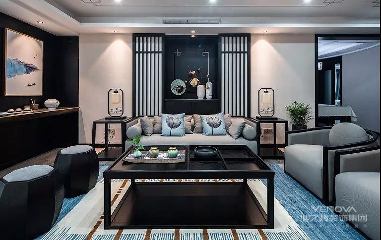 客厅采用的是传统中国水墨画风格的装饰,摆放着几个中国传统家具装饰