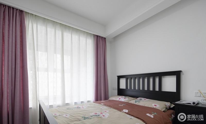 父母房选择了稳重一点的颜色,整个房间以舒适实用为主,白色墙面搭配黑色木床,奠定空间的简单,而淡紫色窗帘点缀出空间的温情雅致。
