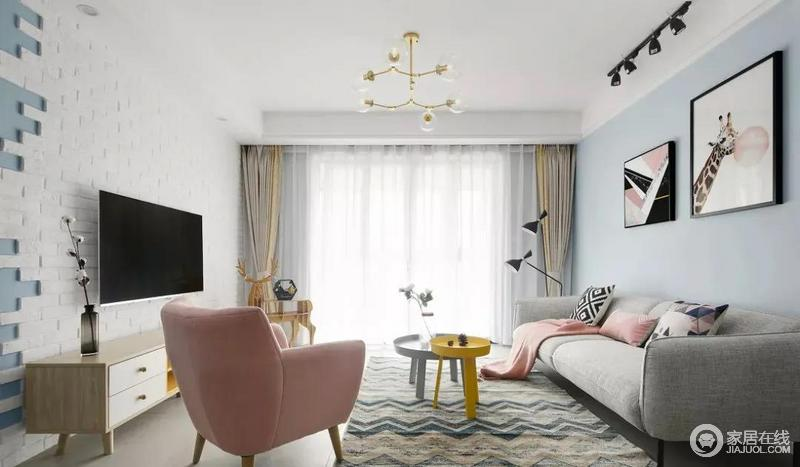 原木色+白色电视柜搭配蓝白不规则的电视背景墙,整个房间的充满艺术氛围。