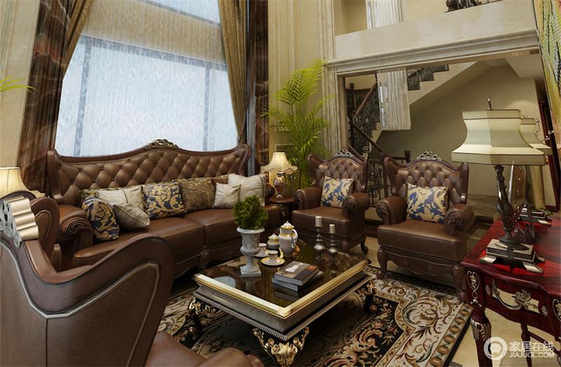 复古色系的皮质沙发,带着美式不羁的气质,在绿植的衬托下,营造出洒脱休闲感。创意印花靠包与铺就的地毯相互应和,释放软装家居的魅力。茶几与搁物架选用木色材质,尽显古朴气韵,很有风情。