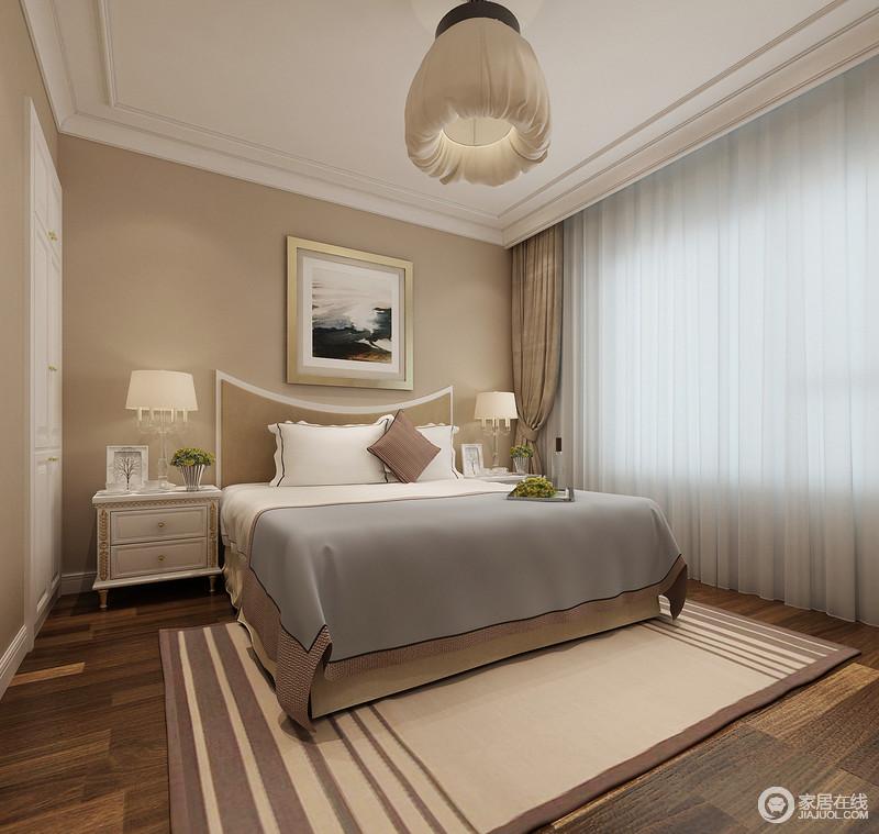 驼色在卧室中温柔素雅的大面积铺开,营造愉悦舒适的氛围,让休憩变得温馨轻松;穿插的白色,令空间视觉多了轻盈灵动;含苞造型吊灯与条纹地毯,呼应出缱绻柔和的活泼;墙面上,则将白色衣柜巧妙嵌入,释放多余活动空间。
