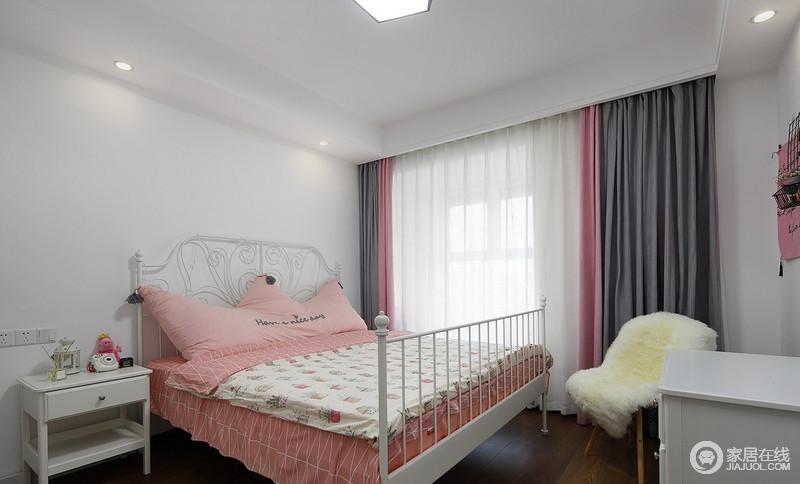 主卧的主色是白色,搭配白色铁艺床轮廓简单,轻简地搭配,更为舒适;配上女性十足的橡皮粉床品,和灰粉色窗帘,整个房间是不是变得很温馨舒适。
