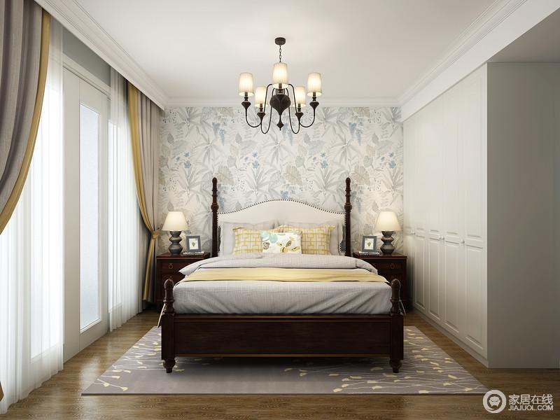 主卧一整面墙的植物元素的壁纸墙为整个空间带来活力,减弱了美式家具为空间带来的沉重感;窗帘与床品地毯的奶油黄搭配胡桃木的深色,既和谐又不失舒适、甜美。