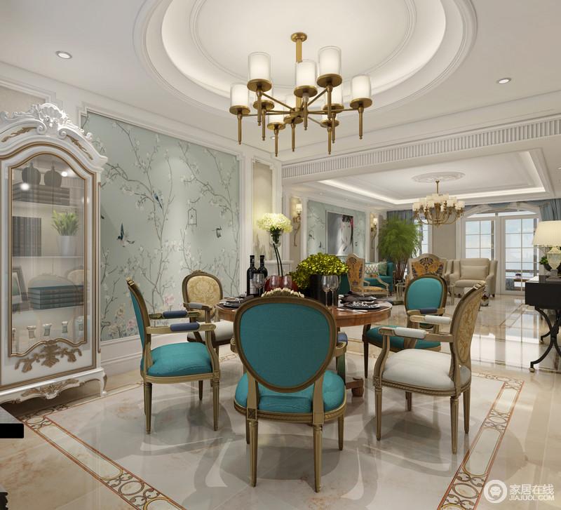餐厅在墙面装饰上,与客厅、走廊背景保持一致,形成整体上的呼应和延续;花鸟自然的热烈烘托,为就餐环境渲染出愉悦欢快的气氛;圆润造型的餐桌椅,在内敛朴质的金木色间,用跳跃的孔雀蓝展现明快艳丽的高贵雅调。