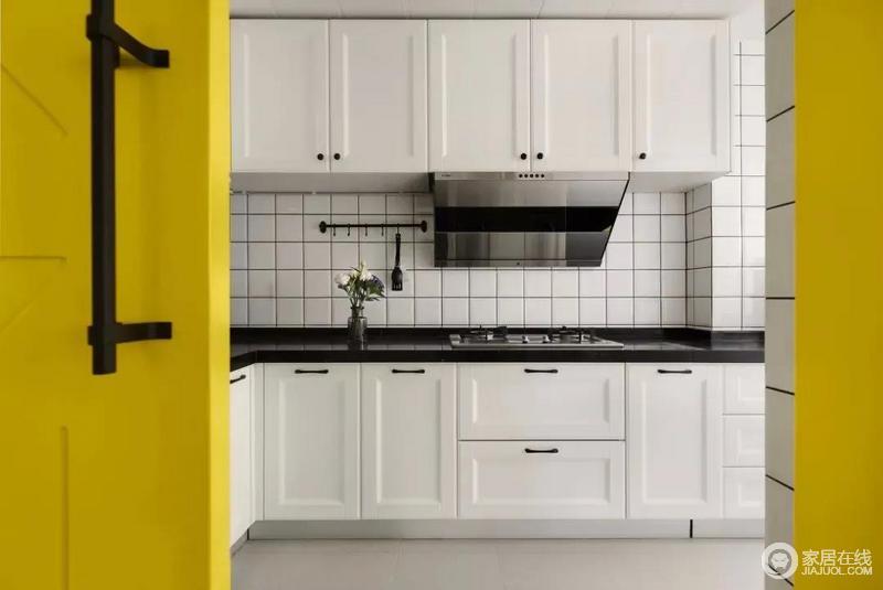 厨房,选择颜值高且不占空间的谷仓门,明黄色设计增加层次感。内部以白色为主基调,搭配黑色的台面,干净整洁易清理。