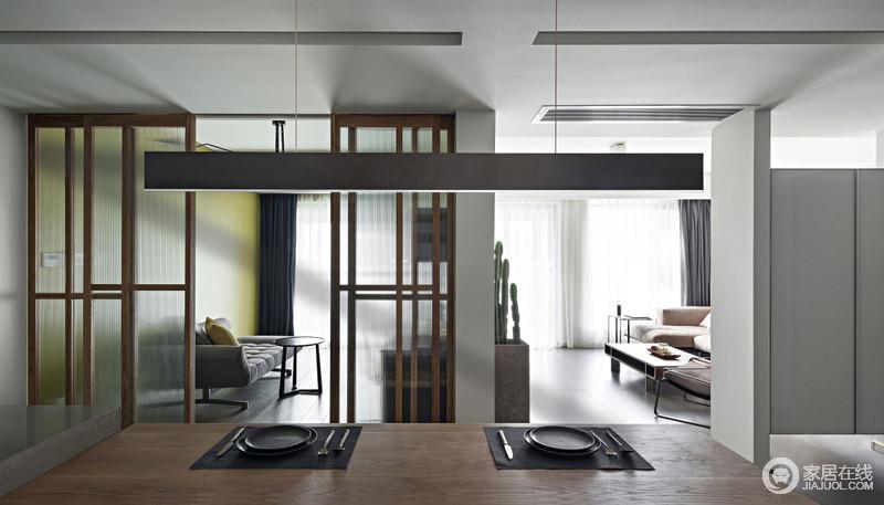 餐厅在设计时充分考虑到空间的交流和采光,所以客厅并未设计隔断门,而是以悬空玄关柜局部通透划分,餐厅与书房以实木玻璃门轻盈分隔,空间与空间相互独立,又便于沟通。