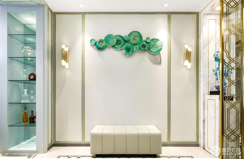 整体的空间都非常的简洁,利用玻璃隔断的区分,也装饰了鞋柜,让空间更为大气;墙面白色搭配绿色石膏线,在黄铜壁灯和绿色饰品的点缀中,提升了艺术气息,而鞋凳化解了单调,更为饱满。